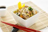Salada de macarrão de galinha de gergelim — Fotografia Stock