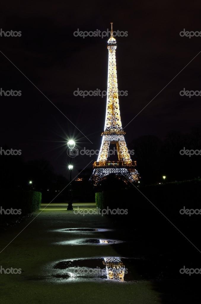 在晚上,巴黎,法国的埃菲尔铁塔— 照片作者 pdxnative