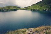 Mountain lake on a cloudy day — Stock fotografie