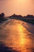 Voiture conduire immédiatement au coucher du soleil — Photo