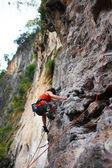 Donna di arrampicata su roccia — Foto Stock