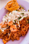 Thajská jídla pad thai, míchejte smažit nudle s krevetami — Stock fotografie