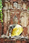 Starověké škody socha buddhy v ayutthaya, thajsko. — Stock fotografie