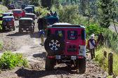 Jeep turystów na turystyczne wynajem na górze penanjakan — Zdjęcie stockowe