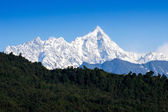 Snow mountain with blue sky at Sikkim , India — Foto de Stock