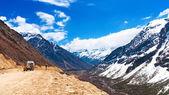 Prachtige landschap van chopta dal met sneeuw bedekt mooie — Stockfoto