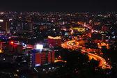 Trafik i stora staden på natten — Stockfoto