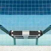 Zwembad met trap bij hotel — Stockfoto