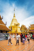 CHIANGMAI - OCTOBER 23: Tourists come to pray at the Doi Suthep — Stock Photo