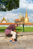 Unidentified tourists travel to Wat Phra Kaew — Stock Photo