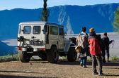 Ourists met de jeep op mount penanjakan — Stockfoto