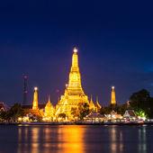 Twilight time view of Wat Arun Temple in bangkok Thailand — Stock Photo