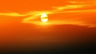 De zon bij zonsondergang. — Stockvideo
