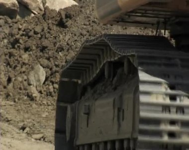 Excavator going on, close-up of the machine transmissions. Construction. — Stock Video