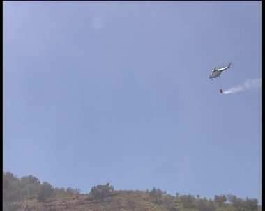 Helicopter put out forest wildfires. — Stok video