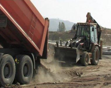 Lastbil lossning jorden. konstruktion. — Stockvideo