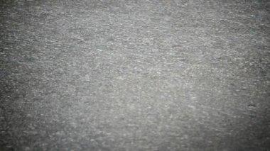 Regn på asfalt. — Stockvideo