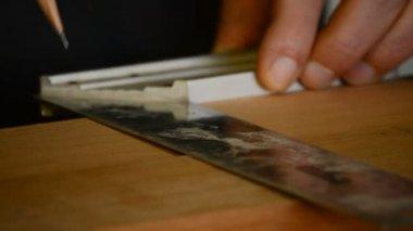 大工や職人マークアウト テーブル木材でクローズ アップ — ストックビデオ