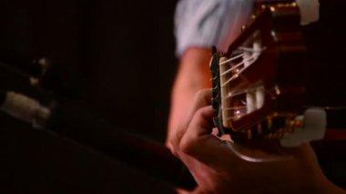Handen van flamenco gitarist, close-up — Stockvideo