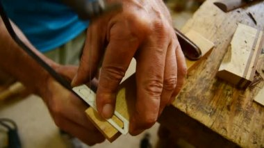 Luthier cuts wood with hacksaw, flamenco guitar — Vídeo de stock