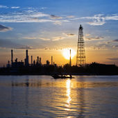 Fábrica de refinería de aceite en el crepúsculo — Foto de Stock