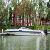 Motor boat on the lake — Stock Photo