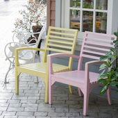 粉红色和黄色的木椅 — 图库照片