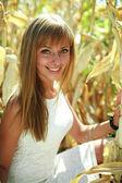 美丽的年轻女子肖像在玉米田 — 图库照片