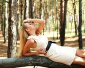 松の木でリラックスした美しい少女の肖像画 — ストック写真