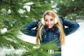 портрет красивой улыбающаяся девочка в лесу снежная зима — Стоковое фото