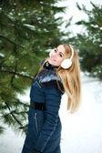 冬の寒い日、松林上の雪の屋外の幸せと笑顔の冬の女の子 — ストック写真