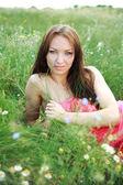 Menina deitada no campo verde verão — Foto Stock