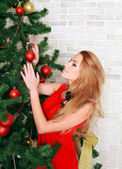 Pretty woman with christmas tree — Stockfoto