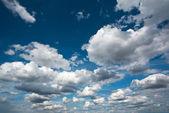 Blauer himmel und weißen wolken, natur hintergrund — Stockfoto