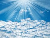Modrá obloha s paprsky slunce a mraky, přírodní pozadí — Stock fotografie