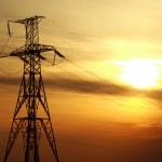 高功率电线路杆塔在戏剧性的日落背景 — 图库照片 #45533805