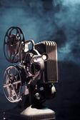 Ancien projecteur de film avec éclairage dramatique — Photo
