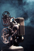 Stary projektor kinowy z dramatyczne oświetlenie — Zdjęcie stockowe