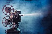 老电影放映机以戏剧性的照明设备 — 图库照片