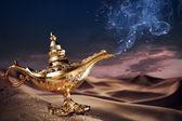 Genio de la lámpara mágica de aladino en un desierto — Foto de Stock