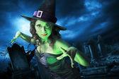 Strega con sulla notte di halloween — Foto Stock