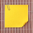 Yellow note on mat — Stock Photo