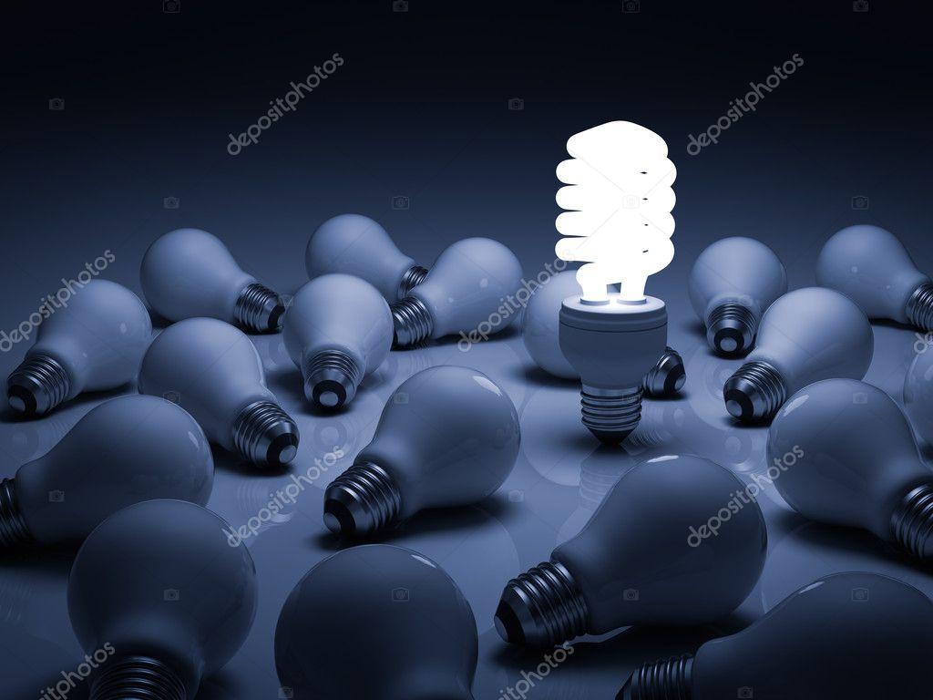 accesa la lampadina fluorescente compatta in piedi tra le lampadine a ...