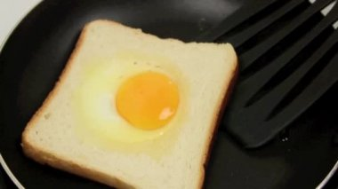 Dönüm yumurta tost — Stok video