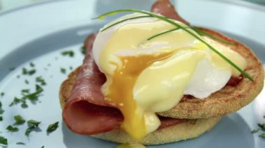 Garnishing Eggs Benedict — Stock Video