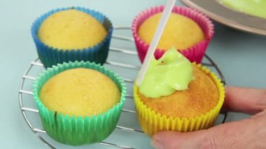 Icing Yellow Cup Cake — Stock Video