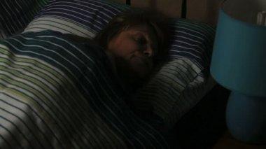 спящая лампа на — Стоковое видео