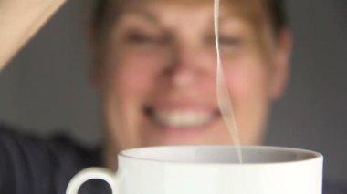 Pomalé pohupovat porcovaný čaj — Stock video