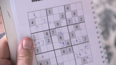 Person playing sudoku with a pen. — Αρχείο Βίντεο