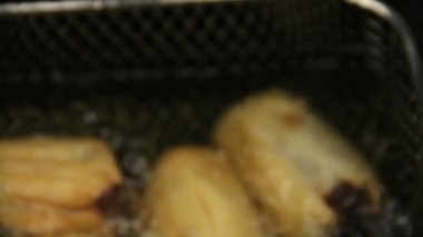Basket of crisp golden dim sums taken out then shaken to drain. — Stock Video